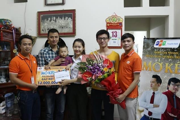 Ông Nguyễn Văn Phong - giám đốc FPT trao giải cho người chơi đạt giải Mở Két