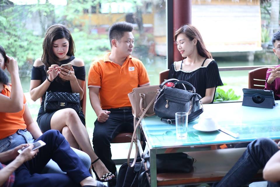 Nhân viên kinh doanh FPT Sóc Sơn tư vấn làm hợp đồng lắp mạng cho khách hàng