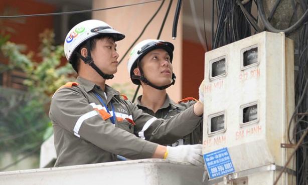 Nhân viên kỹ thuật lắp mạng cho khách hàng tại Sóc Sơn